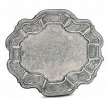 Vassoio/piatto in argento fuso, sbalzato ed inciso, punzoni romani del XVIII secolo