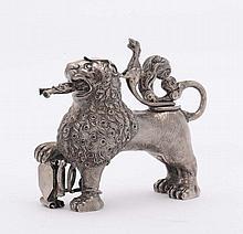 Piccolo versatoio a forma di leone in argento, XX secolo