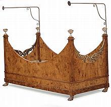 Raro lettino a barca Impero lastronato in radica, XIX secolo