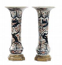 Coppia di vasi a tromba in porcellana Imari con montatura in bronzo, XIX-XX secolo