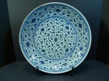 IMPORTANT CHINESE BLUE WHITE PORCELAIN CHARGER - MING DYNASTY