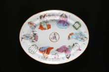 Arte Cinese A large porcelain dish decorated with figures and inscriptions  China, 19th century