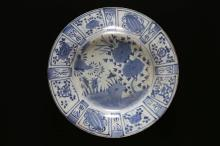 Arte Cinese A porcelain blue and white dish with panel decoration  China, 16th century