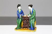 Arte Cinese A porcelain group portraying two women in an outdoor scenary China, Qing dynasty, 19th century