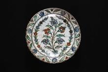 Arte Islamica Iznik dish with a central flower branch Turkey, 17th century Fritware with underglaze and overglaze decoration