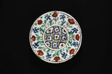 Arte Islamica Iznik dish with flower pattern Turkey, 17th century  fritware with underglaze and overglaze decoration