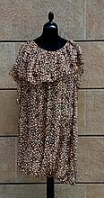 YVES SAINT LAURENT  Robe ample en mousseline de soie marron à motifs tachetés beiges, large volant sur le col.