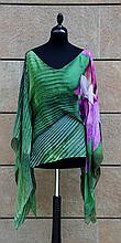 ROBERTO CAVALLI  Tunique poncho ample en mousseline de soie à motif de fleurs violettes sur fond de verdure, ceinture à nouer autour de la taille