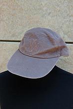 MOTSCH pour HERMES   Casquette en lin marron, monogramme sur le devant.