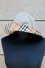 BURBERRY'S  Lot de deux bobs réversibles en coton beige et bleu marine, intérieur à carreaux.