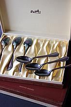 HERMES Parfums  Deux séries de six cuillères à moka en métal argenté, modèle filet contour.