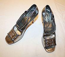 PRADA   Paire d'escarpins en cuir imitation crocodile argenté.