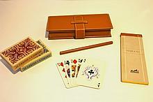 HERMES   Jeu de cartes avec un bloc-notes et un stylo dans une pochette en cuir gold.