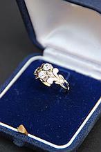 Une bague en or et platine, et deux diamants taille ancienne d'environ 0,55 CT.