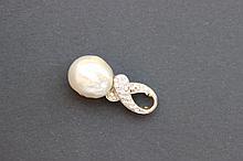 Un pendentif en or blanc 18K avec perle baroque et diamants d'environ 0,60 CT.