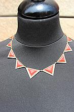 Un collier en or jaune 18K à motif de triangles en corail et diamants d'environ 1,80 CTS.