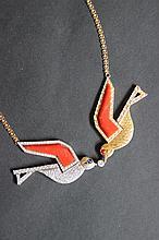 Un collier en or bicolore 18K à motif de colombes en corail et diamants d'environ 2 CTS.