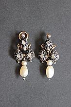 Une paire de boucles d'oreilles en or et argent, perles fines et pierres taille rose.