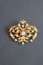 Broche en or jaune 18K à motif de volutes en diamants taille ancienne d'environ 0,35 CT.