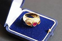 Une bague jonc en or jaune 18K, rubis, citrines et petits diamants d'environ 0,70 CT.