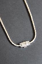 Un collier en or blanc avec ligne de diamants baguette (12 cts environ)