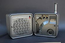 MARCO ZANUSO (né en 1916) &RICHARD SAPPER (Né en 1932 pour BRIONVEGA  Poste radio modèle TS 502, portable et pliable, en ABS et métal.