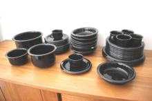 BODA NOVA - SWEDEN  Service de table en porcelaine noire comprenant : 6 tasses à café ; 8 grandes assiettes ; 5 moyennes assiettes ; 9 assiettes creuses ; 6 assiettes à dessert ; 1 saladier ; 2 bols ; 3 plats