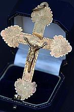 Croix en or avec Christ. P : 8 g