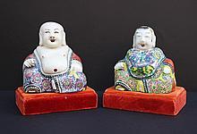 Paire de sujets en porcelaine polychrome figurant des magots. Chine, XXe siècle