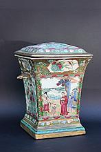 Bouquetière en porcelaine polychrome.