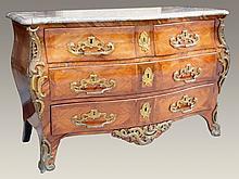 Commode tombeau en bois de placage ouvrant par trois tiroirs, dessus de marbre brèche (restauré), belle garniture de bronze ciselé et doré à décor rocaille.