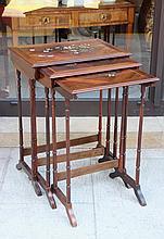 Trois tables gigogne en bois de placage à décor de marqueterie de laiton, nacre et ivoire à motif de fleurs.