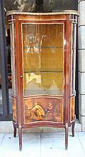 Vitrine en bois de placage ouvrant par une porte, à décor peint d'une scène galante en partie basse.