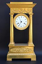 Pendule portique en bronze ciselé et doré.