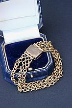 Bracelet en or jaune à trois rangs de chainettes.