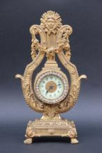 Horloge de table en forme de lyre en bronze ciselé et doré