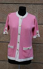 CHANEL  Cardigan à manches courtes en laine rose pâle, borduré de blanc, boutons blancs double C doré
