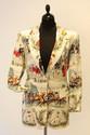 HERMES - Ensemble comprenant un polo à manches courtes en soie crème imprimée, trois boutons dorés et une veste, à décor de courses de chevaux titré