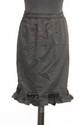 VALENTINO Boutique - Jupe en drap de laine noir, bas rehaussé d'un volant et d'un entrelac de ruban velours noué. Taille 36. Bon état.
