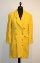 CHANEL - veste longue bouclette de laine jaune curry, boutonnage croisé par boutons dorés et siglés, 4 poches. Taille 38 / 40 . Bon état.