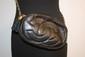 CHANEL - petit sac tambourin, en cuir noir, intérieur bordeaux ,   poche zippée , sigle sur le devant, bandoulière entrelacs de cuir, pompon, bon état.