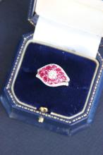 Bague en or blanc et or jaune ornée d'un diamant central 0,40 ct, de rubis 2,70 cts et de brillants 0,4 ct.