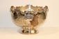 Grande coupe sur piédouche en métal argenté, décor de fleurs. H : 21 ; D : 30 cm