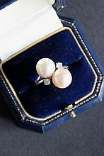 Bague toi et moi en or blanc orné de deux perles blanches et de deux brillants