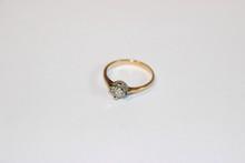 Bague solitaire en or jaune et blanc avec diamant.  P : 2 g