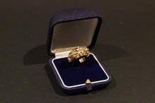 Bague des années 40 en or jaune avec diamant central et petits brillants, motif ajouré sur les côtés, P: 9g