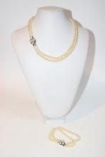 Parure composée d'un collier et d'un bracelet avec double rang de perles de culture blanches,  fermoir en argent orné de perles.  Longueur bracelet : 20 cm  Longueur collier : 44 cm