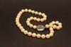 Collier en perles blanches, monture en or blanc serti d'une orthose (pierre de lune)  Longueur : 46 cm