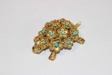 Broche tortue en or jaune ornée de petits cabochons de turquoise - P : 18 g