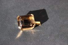 Pendentif en quartz fumé du mont blanc , taille émeraude, serti dans monture en or jaune  P: 22 g